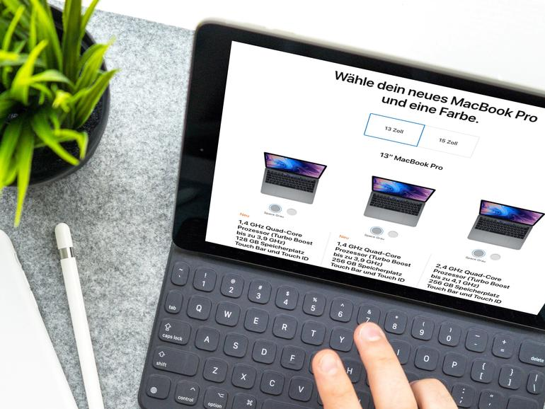 Die neue MacBook-Modelle sind online bei Apple direkt bereits verfügbar. In den hauseigenen Stores und bei ausgewählten Partnern sollen die neuen Apple ab Ende der Woche verfügbar sein.