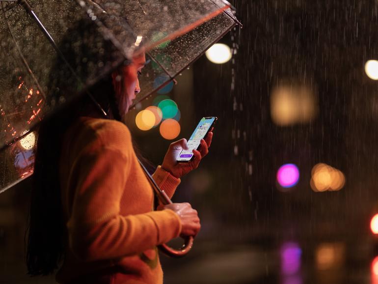 Nutzerin mit Face ID am iPhone, aber kommt Touch ID zurück?