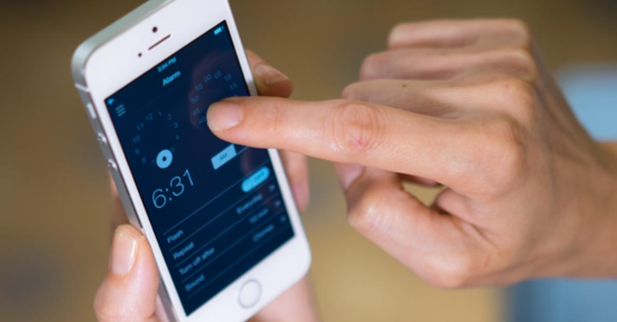 Clockety die projektionsuhr f rs iphone wirft die zeit for Iphone wand