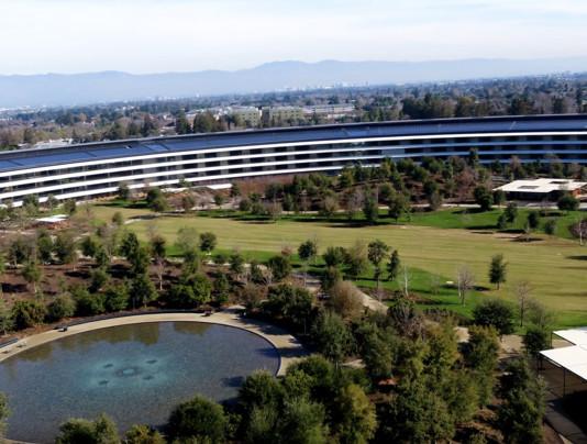 Drohnenüberflug: Der Apple Park wird grün