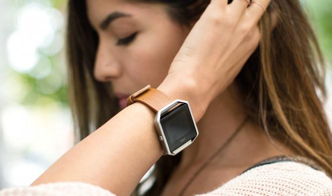 Fitbit Blaze: Fitness-Smartwatch mit FitStar Personal Trainer