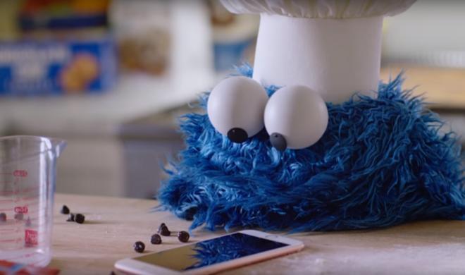 Das Krümelmonster als Werbestar: Apple lässt euch hinter die Kulissen blicken