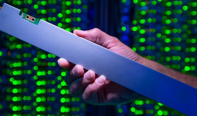 Sieht aus wie eine Wasserwaage, ist aber eine 32-TB SSD von Intel