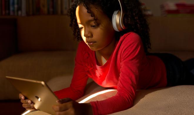 Teenager verbringen zu viel Zeit mit dem Smartphone, sagen sie selbst