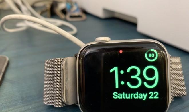 Trick 17: Akkustand der Apple Watch im Weckermodus anzeigen