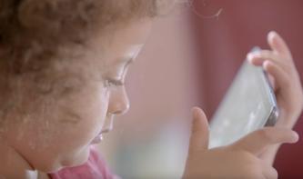 Schielen: Weshalb Kinder nicht zu lange Smartphones nutzen dürfen