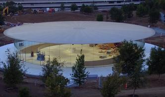 Apple Park: Drohne nimmt Steve Jobs Theatre unter die Lupe